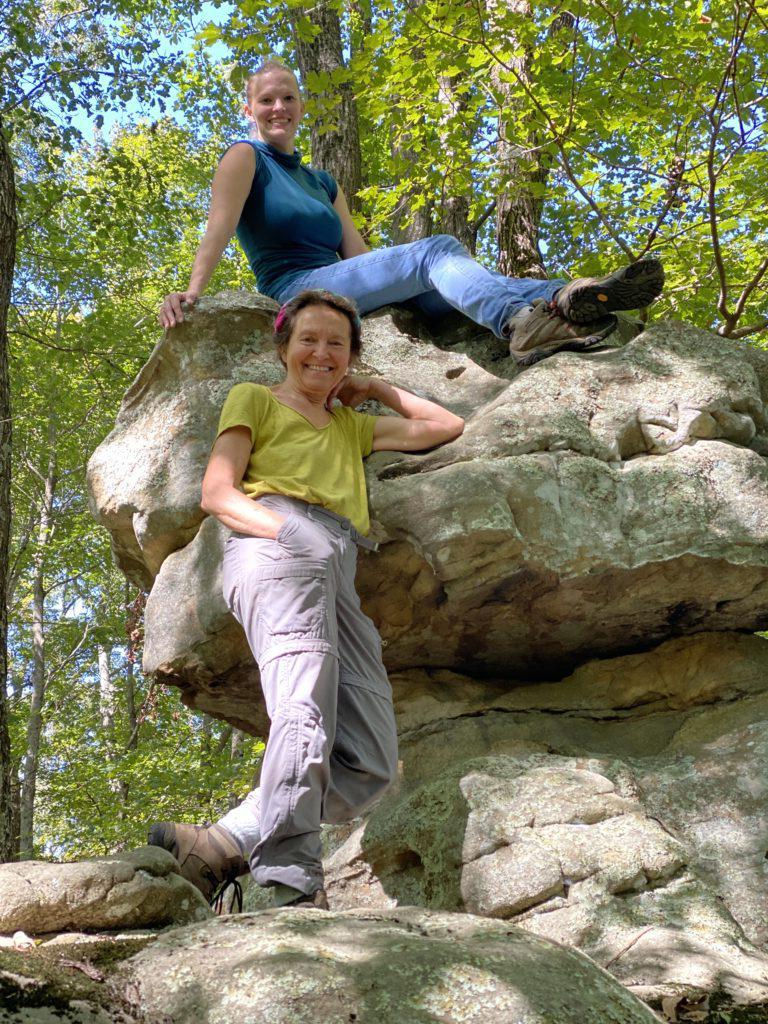 两个女人在森林里的天然岩石上摆姿势